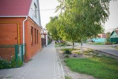 Pequeño paisaje del pueblo en día de verano con el abedul Imagenes de archivo