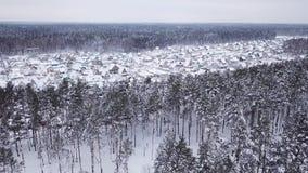 Pequeño paisaje hermoso del invierno del pueblo metrajes
