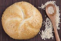 Pequeño pan redondo del sésamo con la semilla de sésamo en cuchara imágenes de archivo libres de regalías
