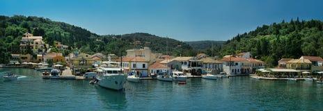 Pequeño panorama griego del puerto Imágenes de archivo libres de regalías