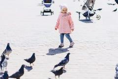 pequeño paseo lindo del bebé en cuadrado con los pájaros Fotografía de archivo libre de regalías