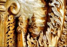 Pequeño pedazo de oro de ilustraciones en un templo en Myan imagen de archivo