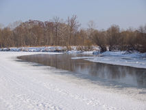 Pequeño pequeño río en el invierno Imagenes de archivo