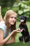 Pequeño perro y dueño cariñosos Foto de archivo