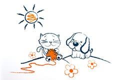 Pequeño perro y gato que juegan en el campo Imágenes de archivo libres de regalías