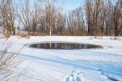 Pequeño polynya en un pequeño lago en un día soleado Imagen de archivo