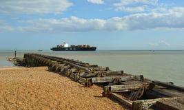Pequeño portacontenedores que entra en el puerto de Felixstowe Fotografía de archivo libre de regalías
