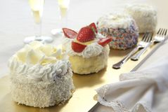 Peque?o postre de cuatro Chantilly, comida dulce fotos de archivo