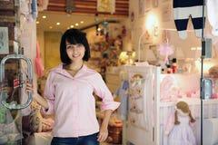 Pequeño propietario de negocio: almacén del bebé Imágenes de archivo libres de regalías