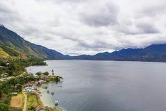 Pequeño pueblo al borde del lago Lut Tawar Takengon Aceh Imágenes de archivo libres de regalías
