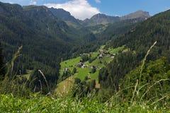 Pequeño pueblo alpino fotografía de archivo
