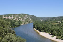 Pequeño pueblo antiguo que pasa por alto el río de Ardèche Foto de archivo libre de regalías
