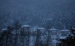 Pequeño pueblo búlgaro del invierno Imagen de archivo libre de regalías
