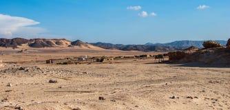 Pequeño pueblo beduino en el desierto con las montañas, Sinaí Imagen de archivo