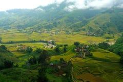 Pequeño pueblo con las terrazas del arroz Foto de archivo