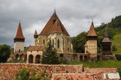 Pequeño pueblo de Biertan con la iglesia fortificada imágenes de archivo libres de regalías