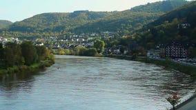 Pequeño pueblo de la vuelta amplia del río, muelle de la ciudad del tráfico de coche, d3ia almacen de metraje de vídeo