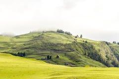 Peque?o pueblo de monta?a antiguo Omalo en la niebla Georgia, Tusheti de la ma?ana foto de archivo libre de regalías