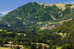 Pequeño pueblo de montaña en Haute Savoie Fotos de archivo libres de regalías