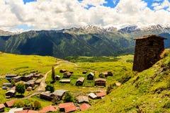 Pequeño pueblo de montaña Omalo, visión desde arriba Georgia, Tusheti fotos de archivo