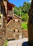 Pequeño pueblo de montaña típico del esquisto Imágenes de archivo libres de regalías