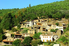Pequeño pueblo de montaña típico del esquisto Foto de archivo libre de regalías