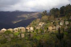 Pueblo de montaña típico del esquisto Fotos de archivo libres de regalías