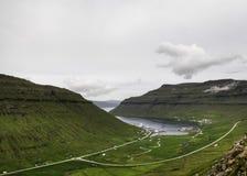 Pequeño pueblo en bahía tranquila en los Faroe Island, Dinamarca, Europa Fotos de archivo libres de regalías