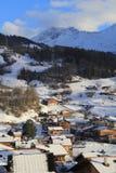 Pequeño pueblo en el pie de montañas Fotos de archivo libres de regalías