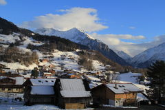 Pequeño pueblo en el pie de montañas Fotografía de archivo