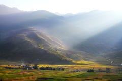 Pequeño pueblo en el valle fotografía de archivo libre de regalías