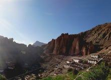 Pequeño pueblo en la montaña foto de archivo