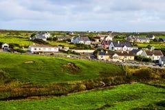 Pequeño pueblo en los acantilados de Moher, Irlanda imágenes de archivo libres de regalías