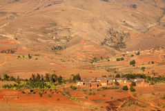 Pequeño pueblo en montañas de Madagascar imagen de archivo