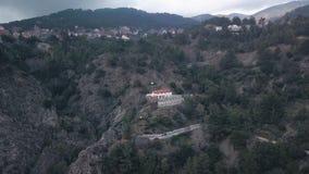 Pequeño pueblo en montañas en el día de verano en Chipre, visión aérea metrajes