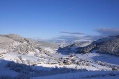 Pequeño pueblo en nieve El nevar en invierno Tiempo frío La blanco Imágenes de archivo libres de regalías