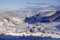 Pequeño pueblo en nieve El nevar en invierno Tiempo frío La blanco Fotos de archivo