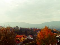 Pequeño pueblo en otoño en las montañas imágenes de archivo libres de regalías