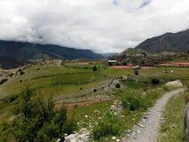 Pequeño pueblo en un paisaje Himalayan Fotografía de archivo