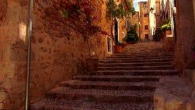Pequeño pueblo español romántico con las casas del ladrillo del estilo de Mallorca metrajes