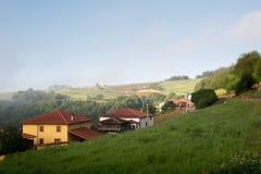 Pequeño pueblo europeo en la niebla de la mañana Fotografía de archivo