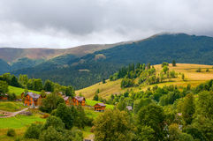 Pequeño pueblo hermoso rodeado por las montañas y los bosques Imágenes de archivo libres de regalías
