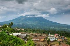 Pequeño pueblo indonesio cerca del vulcano de Merapi, Indonesia Foto de archivo libre de regalías