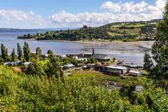 Pequeño pueblo, isla de Chiloe, Chile foto de archivo libre de regalías