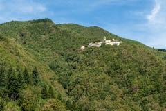 Pequeño pueblo medieval italiano construido en el lado de una montaña Imágenes de archivo libres de regalías