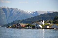 Pequeño pueblo noruego en hardangerfjord Imagen de archivo