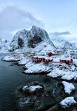 Pequeño pueblo pesquero por el mar foto de archivo