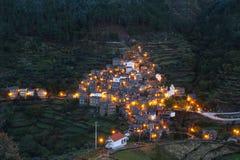 Pequeño pueblo remoto Piodao del esquisto en el lado de la montaña foto de archivo