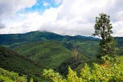 Pequeño pueblo rodeado por las montañas y nateral Fotografía de archivo libre de regalías