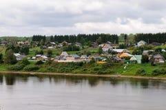 Pequeño pueblo ruso en el río de Sukhona Foto de archivo libre de regalías